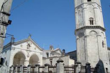 Monte Sant' Angelo, spari contro una saracinesce