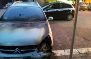 FOTO - Incendiata l'auto di un agente della Municipale 3