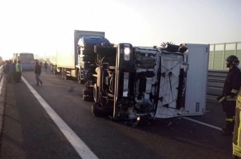 Foggia, camion si ribalta sulla Statale 16