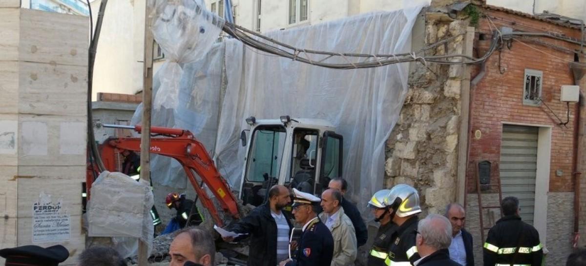 Foggia, crolla solaio in Via Ferrante Aporti, muore un muratore