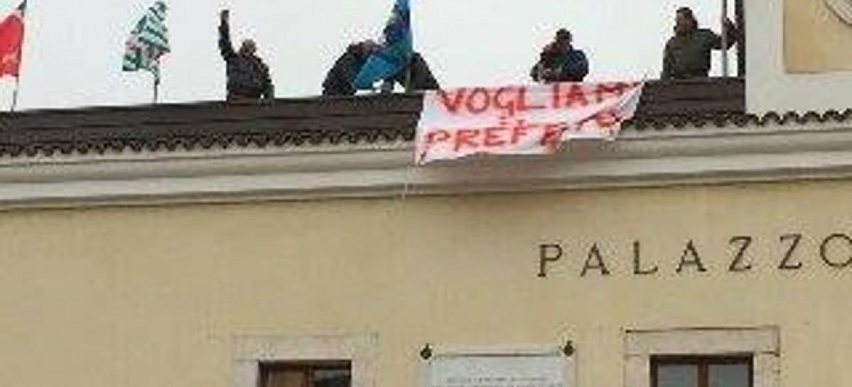 San Giovanni Rotondo, parcheggiatori licenziati salgono sul tetto del Comune