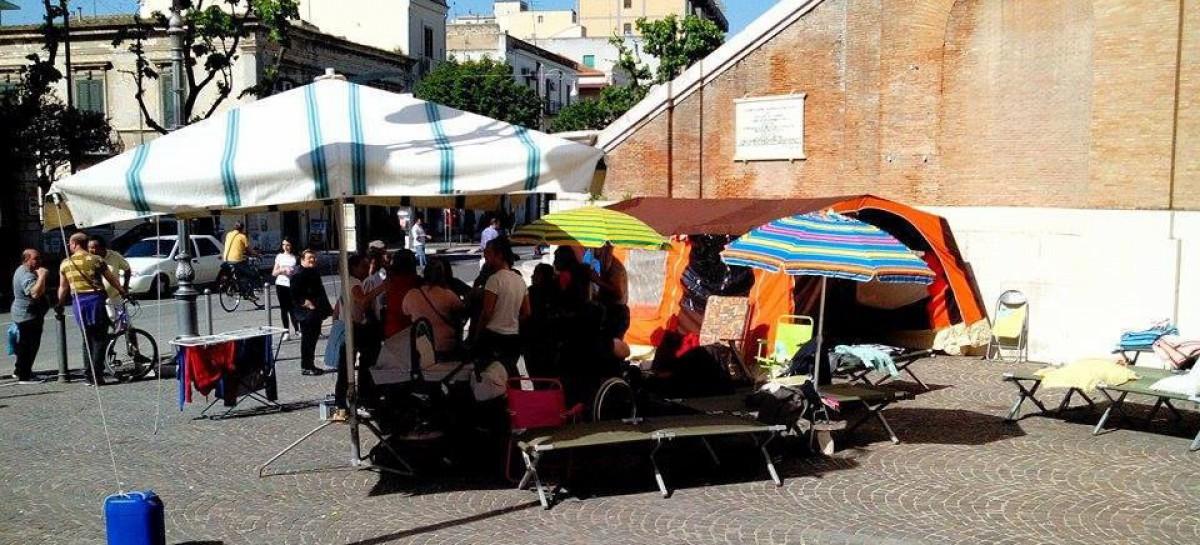 """Foggia, gli sfrattati di Vico della Pietà si """"accampano"""" davanti al Comune"""