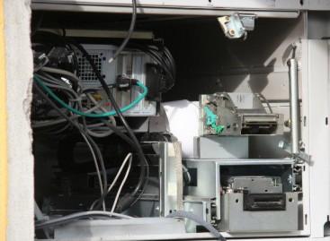 Orsara di Puglia, fanno esplodere bancomat e fuggono con il denaro