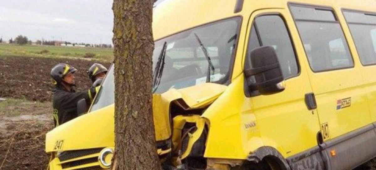 Foggia, scuolabus impatta prima contro un' auto e poi si schianta contro un albero