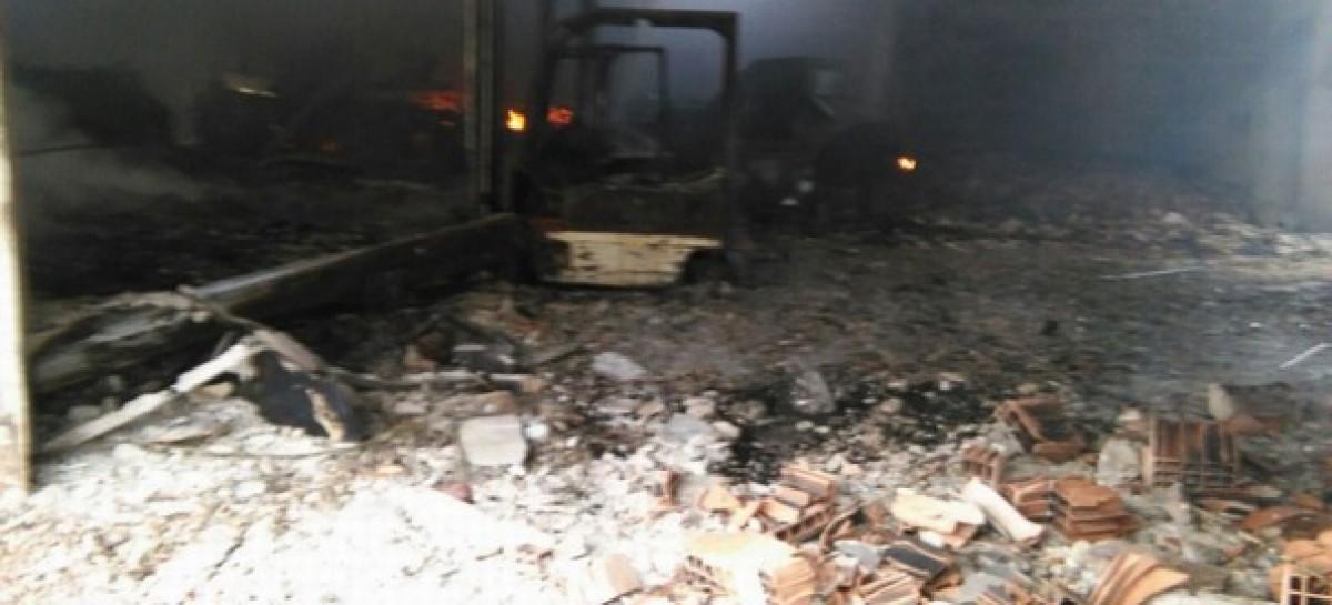 Apricena, vasto incendio in un' azienda ortofrutticola: devastato capannone e vari mezzi
