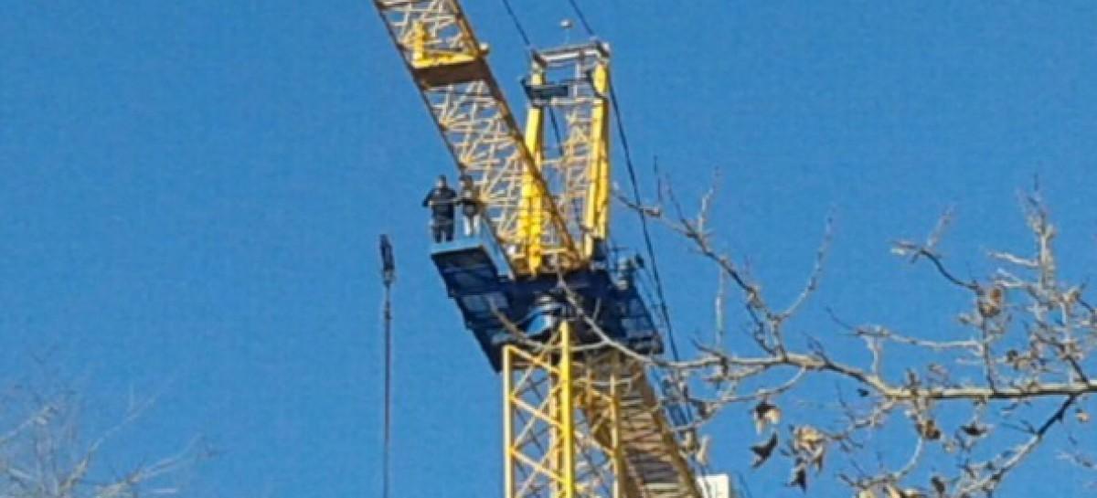 Foggia, operai salgono su una gru e minacciano suicido