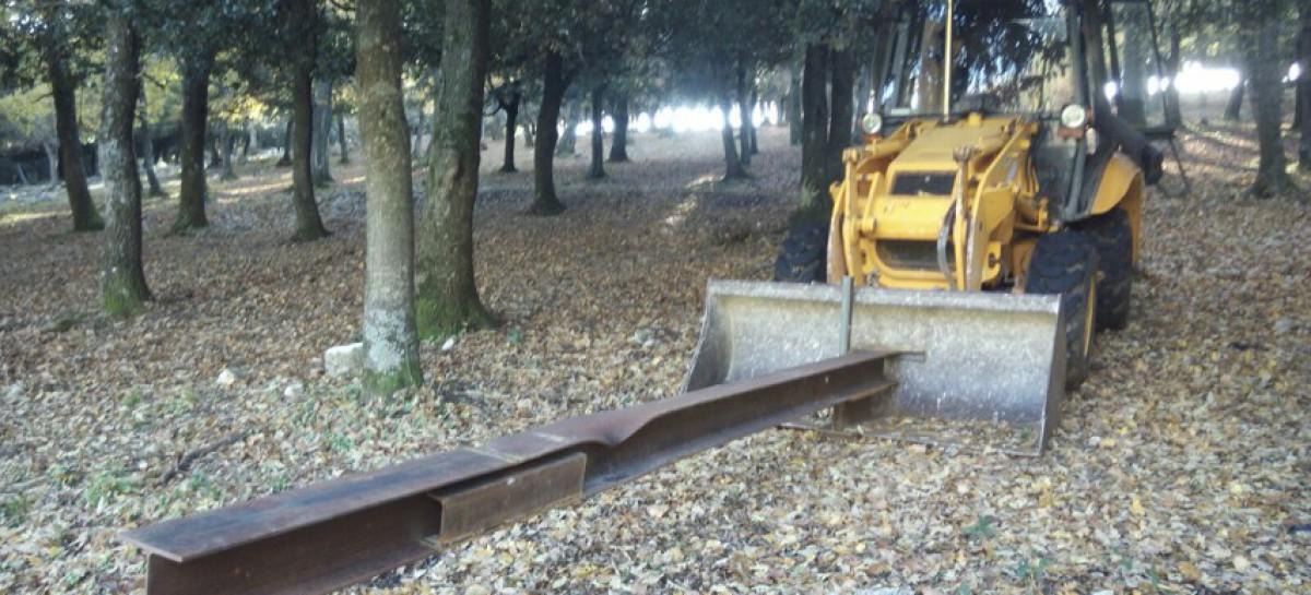 """Manfredonia: Rubano pala meccanica e la utilizzano come """"ariete"""" : FOTO"""
