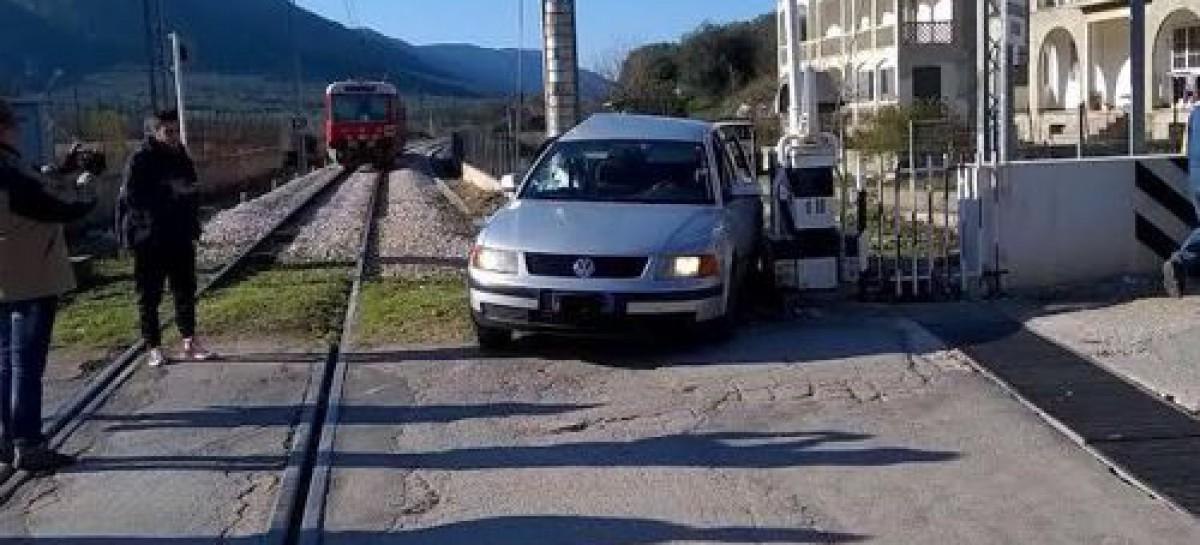 Cagnano Varano, auto contro treno regionale al passaggio a livello
