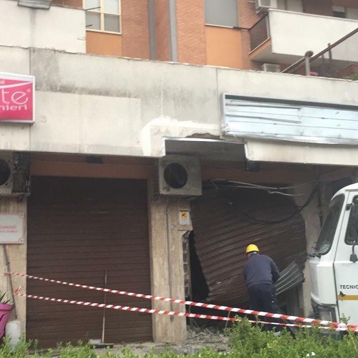 Foggia: il punto vendita Esteticamente in via Lucera nuovamente distrutto da una bomba