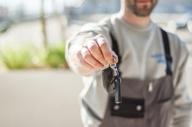 Muoversi in città: è meglio il car sharing o il noleggio a lungo termine?